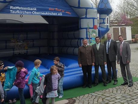 Raiffeisenbank sponsert Hüpfburg