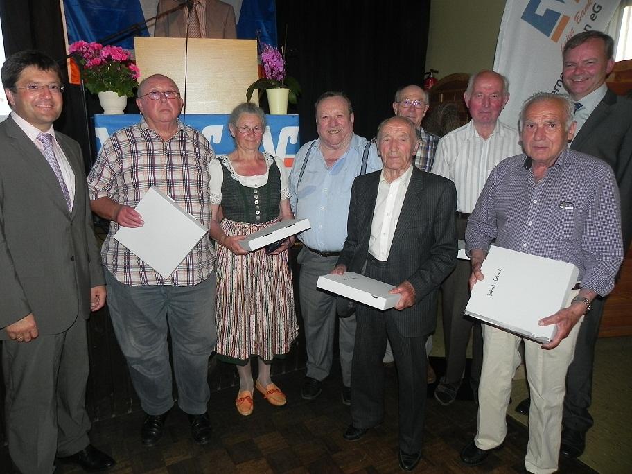 Von links: Vorstand Hans Fürstenberger, Otto Luft, Theresia Nirschl, Josef Langreiter, Georg Schrankl, Alois Emehrer, Ernst Kutschka, Erhard Jahnel, Vorstand Josef Speckbacher